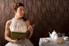 Donna del sognatore che legge un libro al tempo del tè Fotografia Stock Libera da Diritti