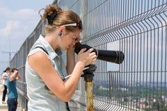 Donna del telescopio fotografie stock libere da diritti