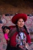Donna del tessitore con il suo bambino in Chinchero Immagini Stock Libere da Diritti