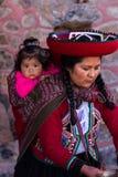 Donna del tessitore con il suo bambino in Chinchero Immagine Stock