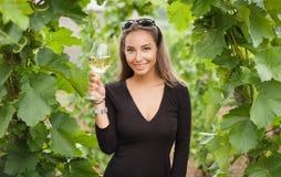 Donna del turista dell'assaggio di vino Fotografie Stock Libere da Diritti