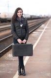 Donna del viaggiatore alla stazione ferroviaria Fotografia Stock Libera da Diritti