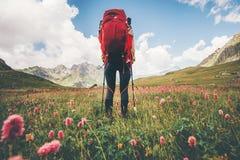 Donna del viaggiatore che fa un'escursione in montagne Immagini Stock