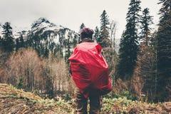 Donna del viaggiatore che fa un'escursione in montagne della foresta Fotografia Stock