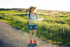 Donna del viaggiatore con la mappa sulla natura Concetto del viaggio, di auto-stop e della vacanza Fotografia Stock Libera da Diritti
