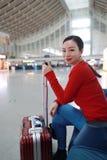 Donna del viaggiatore del passeggero nella stazione ferroviaria fotografia stock libera da diritti