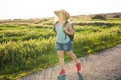 Donna del viaggiatore sulla natura Concetto del viaggio, di auto-stop e della vacanza Fotografia Stock