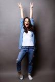 Donna del vincitore che celebra successo su grey Fotografia Stock