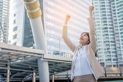 Donna del vincitore che celebra successo sul fondo della città Fotografie Stock