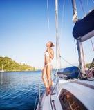 Donna delicata sulla barca a vela Immagini Stock Libere da Diritti