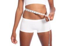 Donna dell'afroamericano che controlla perdita di peso di dieta Immagini Stock Libere da Diritti