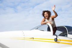 Donna dell'afroamericano che pilota un aereo privato Immagini Stock