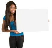 Donna dell'afroamericano che tiene un segno bianco in bianco