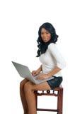 Donna dell'afroamericano con il computer portatile Fotografia Stock