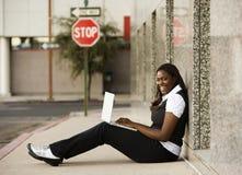 Donna dell'afroamericano con il computer portatile Fotografie Stock Libere da Diritti