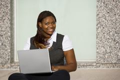 Donna dell'afroamericano con il computer portatile Immagine Stock