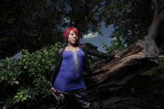 Donna dell'afroamericano in una regolazione della natura Immagini Stock