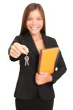 Donna dell'agente immobiliare che fornisce i tasti Fotografie Stock