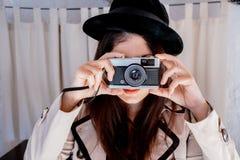 Donna dell'agente investigativo che prende foto Immagine Stock