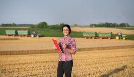 Donna dell'agricoltore al raccolto fotografia stock libera da diritti