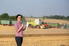 Donna dell'agricoltore al raccolto Immagini Stock Libere da Diritti