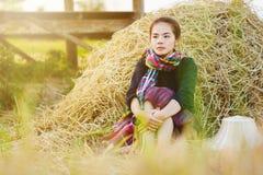 Donna dell'agricoltore che riposa con la paglia nel campo Immagine Stock Libera da Diritti