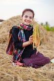 Donna dell'agricoltore che tiene un riso con la paglia nel campo Immagini Stock