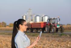 Donna dell'agricoltore con la compressa ed il silos Immagine Stock Libera da Diritti