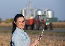 Donna dell'agricoltore con la compressa ed il silos Fotografia Stock Libera da Diritti