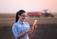 Donna dell'agricoltore con la compressa nel campo Fotografie Stock Libere da Diritti