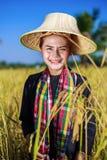 Donna dell'agricoltore nel giacimento del riso Fotografie Stock Libere da Diritti