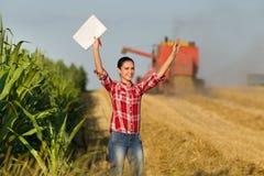 Donna dell'agricoltore nel giacimento di grano Fotografie Stock