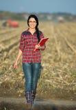 Donna dell'agricoltore sul campo Fotografia Stock Libera da Diritti
