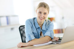 Donna dell'allievo che lavora al computer portatile Immagini Stock