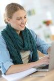 Donna dell'allievo che lavora al computer portatile Fotografia Stock Libera da Diritti
