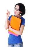 Donna dell'allievo con il rilievo di nota colorato che indica in su. Immagini Stock