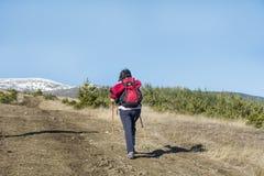 Donna dell'alpinista in montagna di Pirin Fotografia Stock