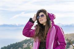 Donna dell'alpinista nella montagna Fotografia Stock