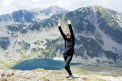 Donna dell'alpinista sopra una montagna Fotografia Stock