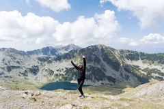 Donna dell'alpinista sopra una montagna Immagine Stock
