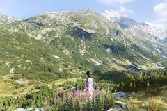 Donna dell'alpinista sopra una montagna Immagine Stock Libera da Diritti