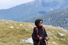 Donna dell'alpinista sopra una montagna Immagini Stock Libere da Diritti