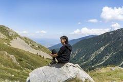 Donna dell'alpinista sopra una montagna Immagini Stock