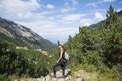 Donna dell'alpinista sopra una montagna Fotografie Stock