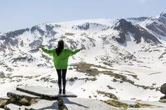 Donna dell'alpinista sopra una montagna Fotografia Stock Libera da Diritti
