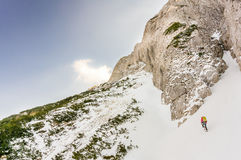 Donna dell'alpinista su una traversata Fotografia Stock