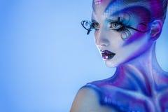 Donna dell'alta società con distogliere lo sguardo creativo di body art Immagini Stock