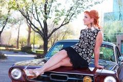 Donna dell'annata sull'automobile del muscolo Fotografia Stock Libera da Diritti