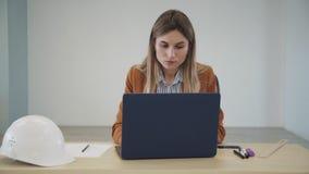 Donna dell'appaltatore che per mezzo del suo personal computer e creando nuovo PR video d archivio