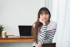 Donna dell'Asia annoiata circa il lavoro al ristorante del caffè, resto femminile ch Fotografia Stock